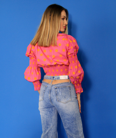 Bluza cu maneci bufante si elastic, pantaloni din denim evazati decupati la spate.4