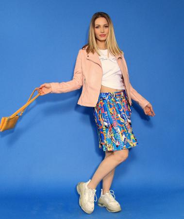 Jacheta Eco cu fermoare, fusta scurta cu pliuri multicolora si tricou scurt cu nod. [1]