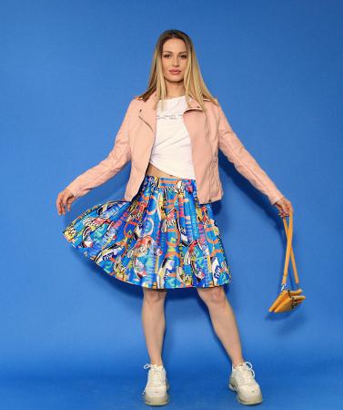Jacheta Eco cu fermoare, fusta scurta cu pliuri multicolora si tricou scurt cu nod. [2]