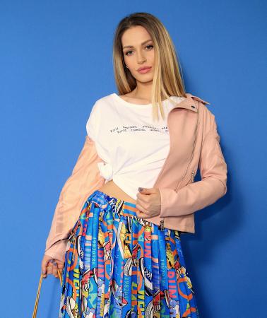 Jacheta Eco cu fermoare, fusta scurta cu pliuri multicolora si tricou scurt cu nod. [0]