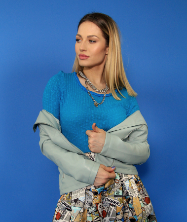 Jacheta Eco cu fermoare, bluza si fusta lunga imprimeu benzi desenate.4
