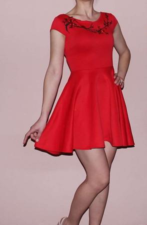 Rochie rosie in clos cu aplicatii florale - RCC060