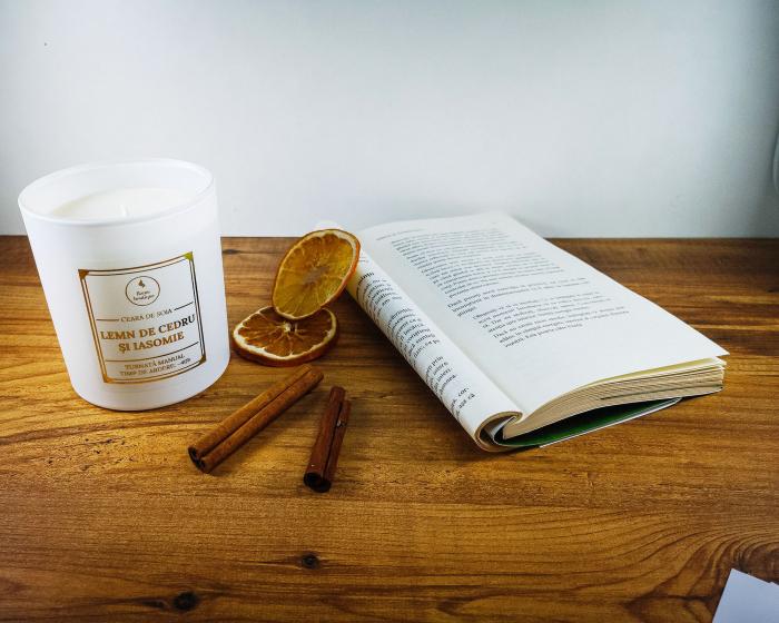lumanare parfumata lemn de cedru si iasomie 3