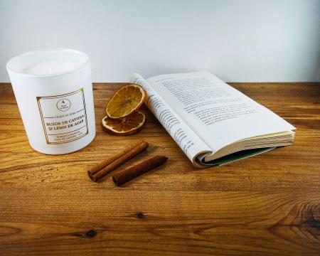 Lumânare parfumată din ceară de soia Bujor de catifea și lemn de agar | Premium Alb3