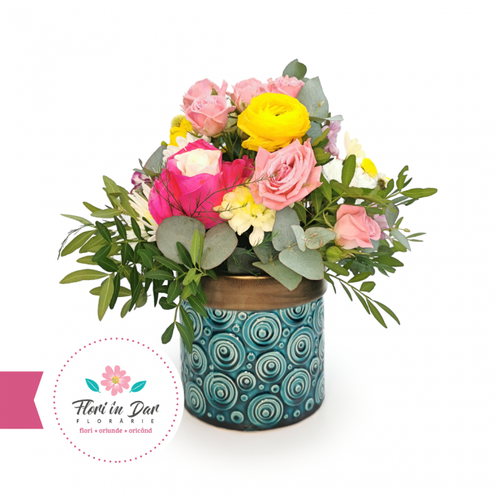 Aranjament cu trandafiri, ranunculus, miniroze, eucalipt floraire Roman [0]