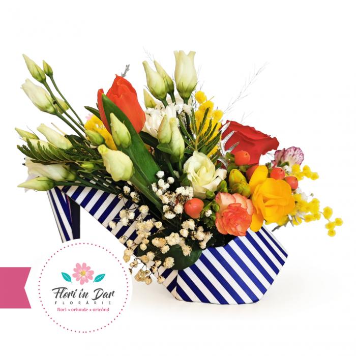 Aranjament floral in pantof cu frezie, lalea, trandafir, mimosa, eustoma [0]