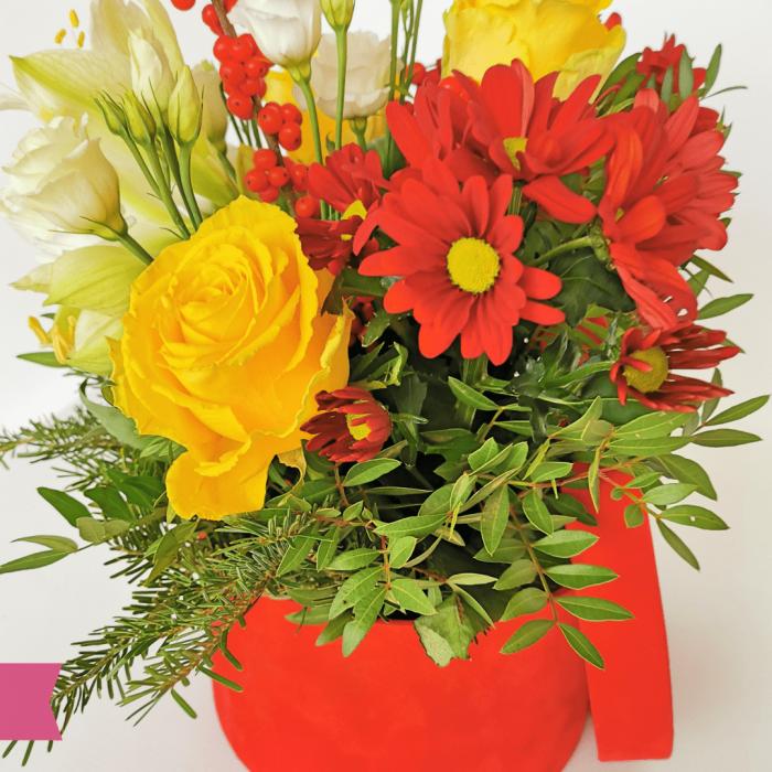 Aranjament floral cu amarilis, ilex, trandafir și crizantema cu livrare Roman [1]
