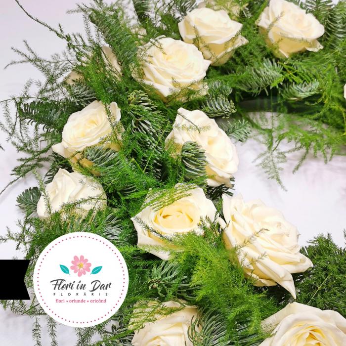 jerba funerara cu trandafiri albi in Roman cu livrare gratuita [1]
