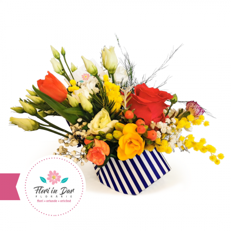 Aranjament floral in pantof cu frezie, lalea, trandafir, mimosa, eustoma [1]