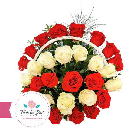 Aranjament trandafiri albi si rosii in cos florarie Roman [1]