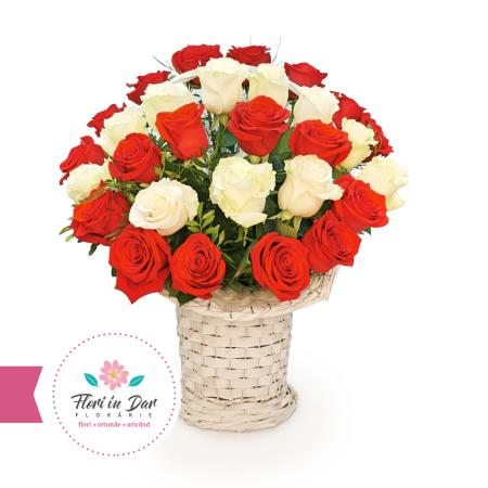 Aranjament trandafiri albi si rosii in cos florarie Roman [0]