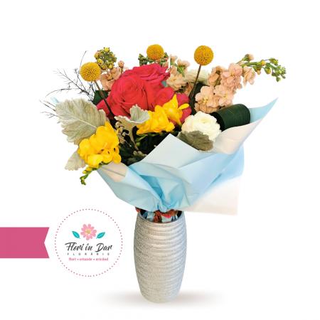 Buchet floral cu mathiola, craspedia, ranunculus, frezie trandafiri florarie online Roman [0]