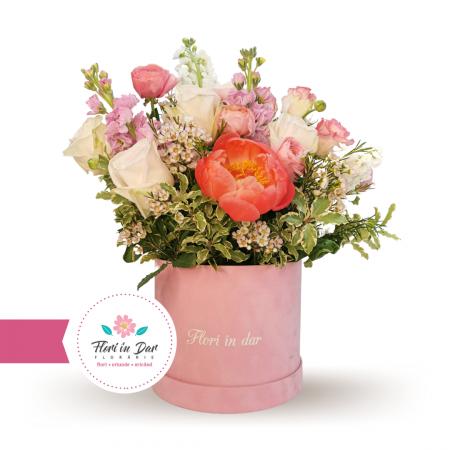 Aranjament deosebit  cu bujori, mathiola, wax, trandafiri livrare flori Roman [0]