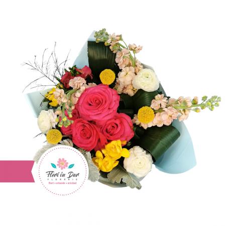 Buchet floral cu mathiola, craspedia, ranunculus, frezie trandafiri florarie online Roman [1]