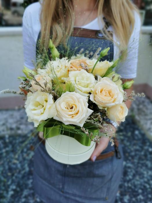 Cutie flori cu minirosa si lisianthus [0]