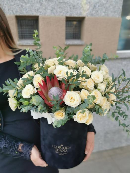 Aranjament floral in cutie cu minirosa crem [0]
