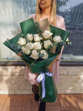 Buchet cu trandafiri albi si eucalipt [1]