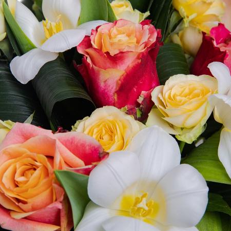 Buchet de flori cu lalele si trandafiri [1]