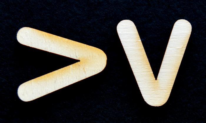 "Litera din lemn ""V"" 1"