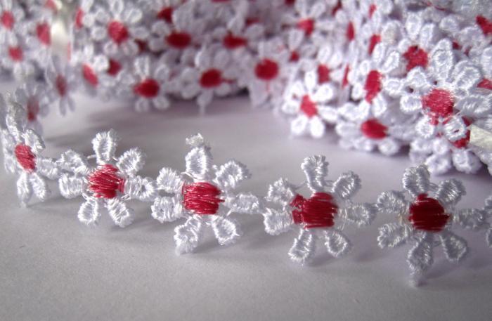 Dantela floricele cu miez rosu inchis 9.5m 0