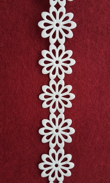 Dantela flori saten alb 1