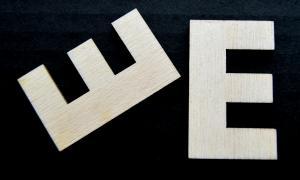 "Litera din lemn ""E"" - 4.5 x 2.7 x 0.4 cm1"