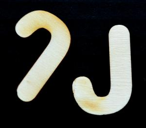 "Litera din lemn ""J"" - 4.5 x 2.6 x 0.4 cm"