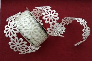 Dantela flori saten alb0
