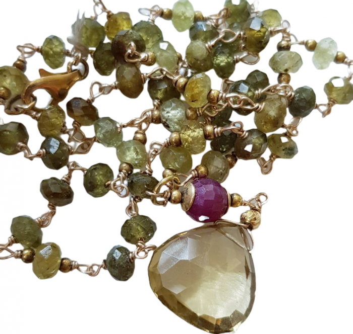 Colier cu pietre semipretioase naturale: vessonit, rubin și cuarț lemon. [1]
