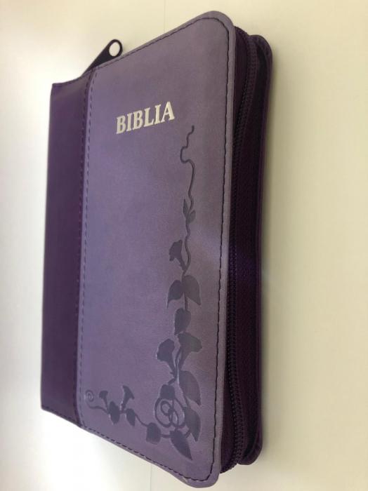 Biblie mica de lux, nuante de mov, margini argintate, fermoar si index de cautare