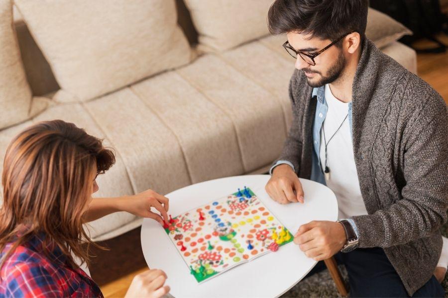 10 jocuri de societate în doi pe care merită să le încerci