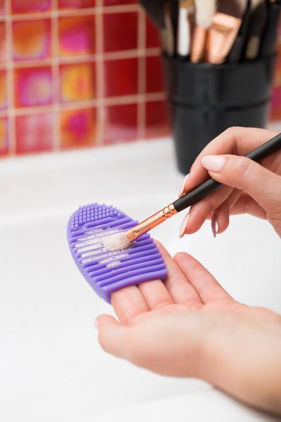 Paleta curatare pensule Egg din silicon (purple) 1
