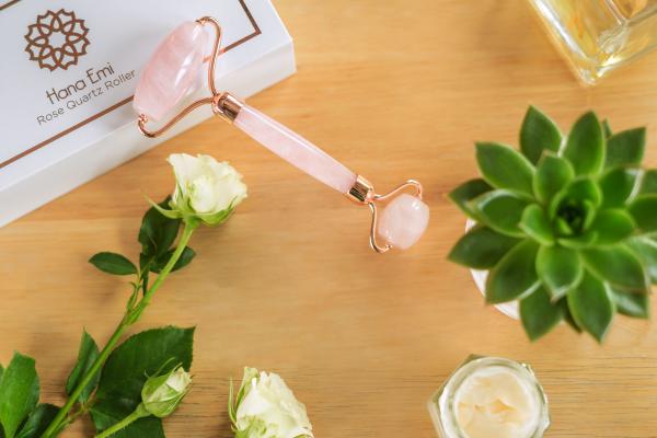 Rose Quartz Roller - rola din cuart roz pentru ingrijirea tenului cu insertii metalice avand la capete silicon pentru o miscare fina si fara zgomot 5