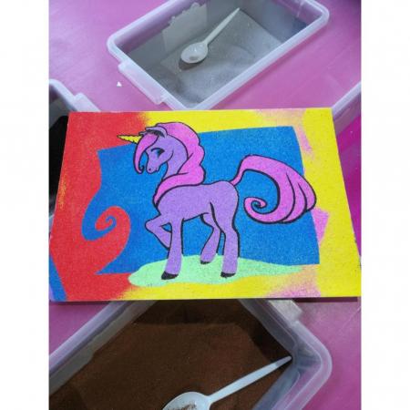 Unicorn, Set creativ Pictura cu nisip colorat, 1 plansa 21 x 29,7 cm, 10 plicuri nisip multicolor, 1 betisor, 1 folie protectie, + 3 ani2