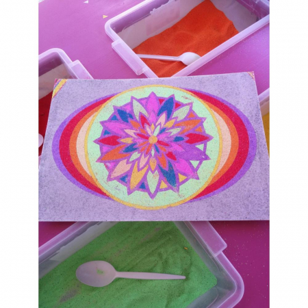 MANDALA floare, Set creativ Pictura cu nisip colorat, 1 plansa 21 x 29,7 cm, 10 plicuri nisip multicolor, 1 betisor, 1 folie protectie, + 3 ani3