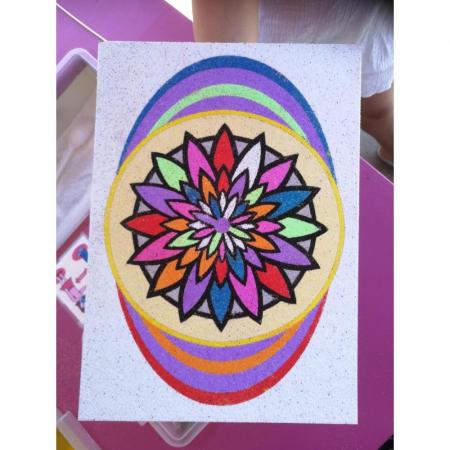 MANDALA floare, Set creativ Pictura cu nisip colorat, 1 plansa 21 x 29,7 cm, 10 plicuri nisip multicolor, 1 betisor, 1 folie protectie, + 3 ani2