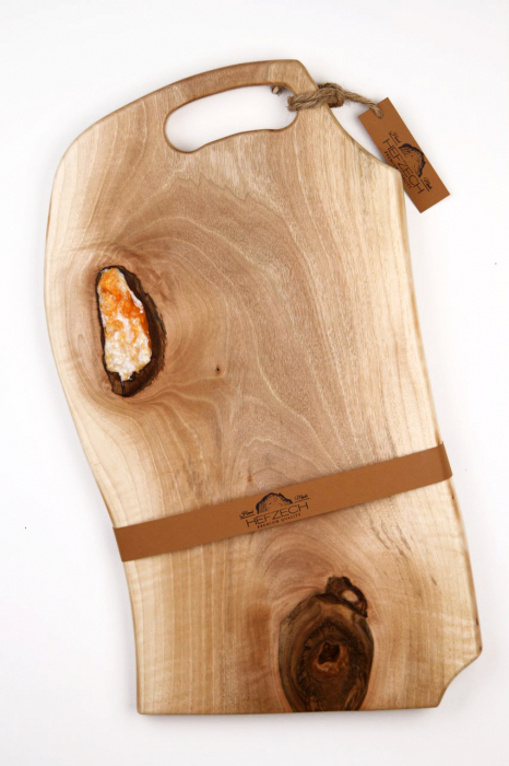 Platou servire din lemn de nuc cu insertie de rasina epoxidica 1