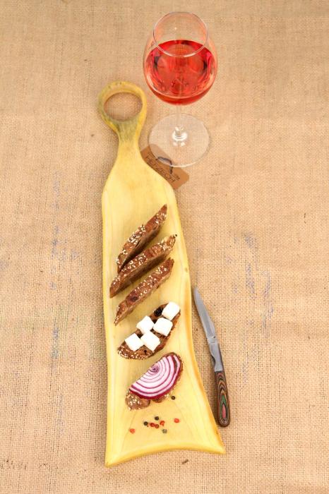 Platou servire din lemn de nuc dintr-o singura bucata, colorat cu turmeric [3]