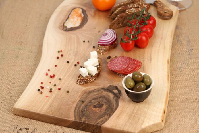 Platou servire din lemn de nuc cu insertie de rasina epoxidica 3