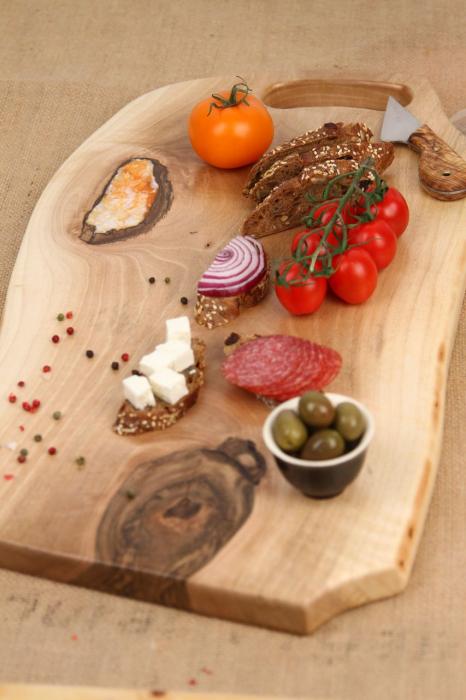 Platou servire din lemn de nuc cu insertie de rasina epoxidica 4
