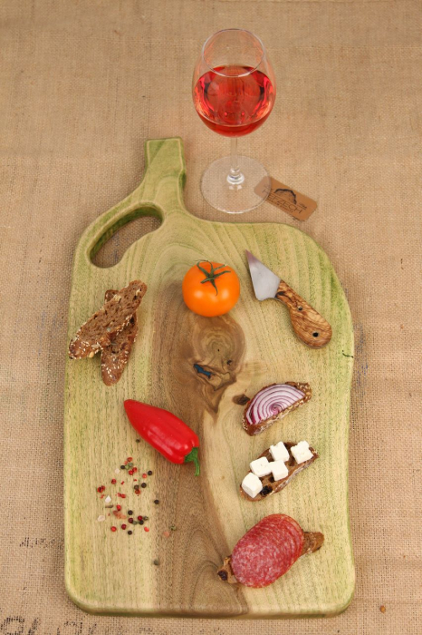 Platou servire din lemn de nuc colorat cu suc natural de patrunjel 0