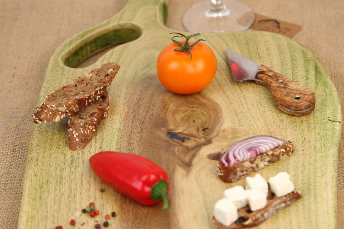 Platou servire din lemn de nuc colorat cu suc natural de patrunjel 2