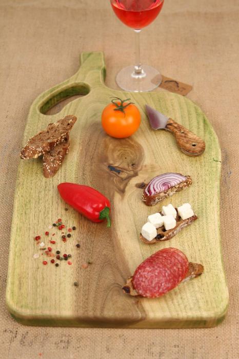 Platou servire din lemn de nuc colorat cu suc natural de patrunjel 3