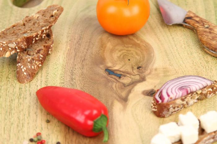 Platou servire din lemn de nuc colorat cu suc natural de patrunjel 4