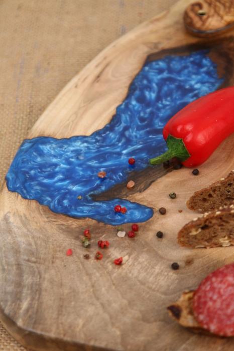 Platou servire din lemn de nuc cu insertie de rasina epoxidica 2