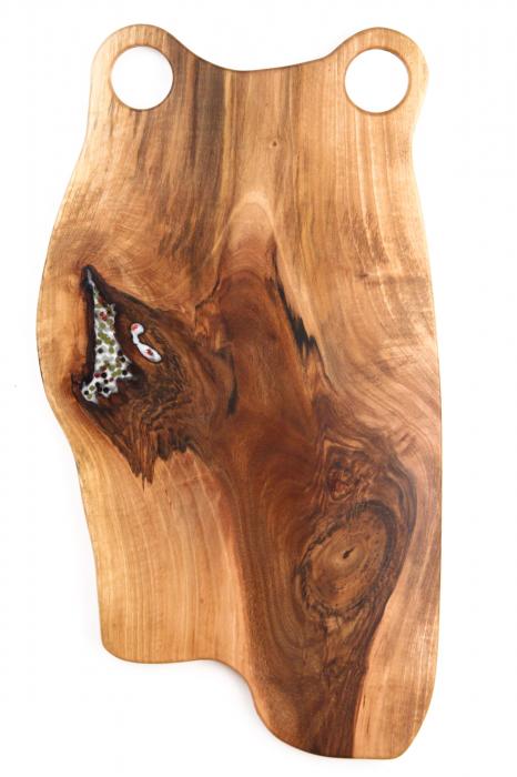 Platou de servire din lemn de nuc, culoare natur, cu mici insertii de rasina epoxidica 1