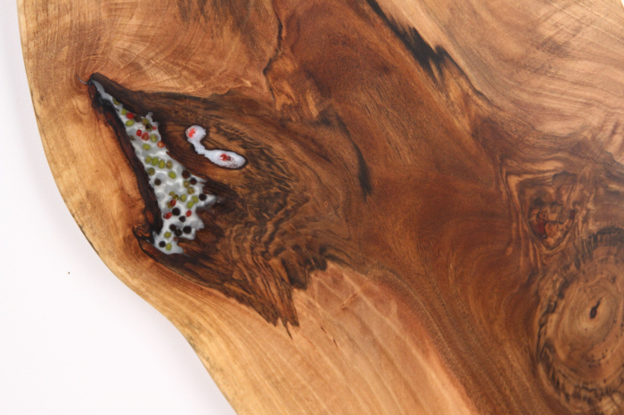 Platou de servire din lemn de nuc, culoare natur, cu mici insertii de rasina epoxidica 3