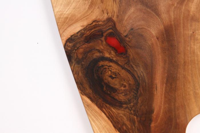Platou de servire din lemn de nuc, culoare natur, cu mici insertii de rasina epoxidica 7
