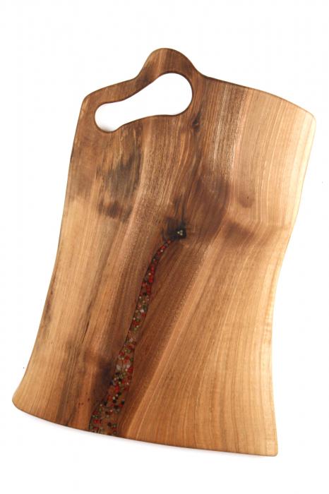 Platou de servire din lemn de nuc, culoare natur, cu mici insertii de rasina epoxidica. 1