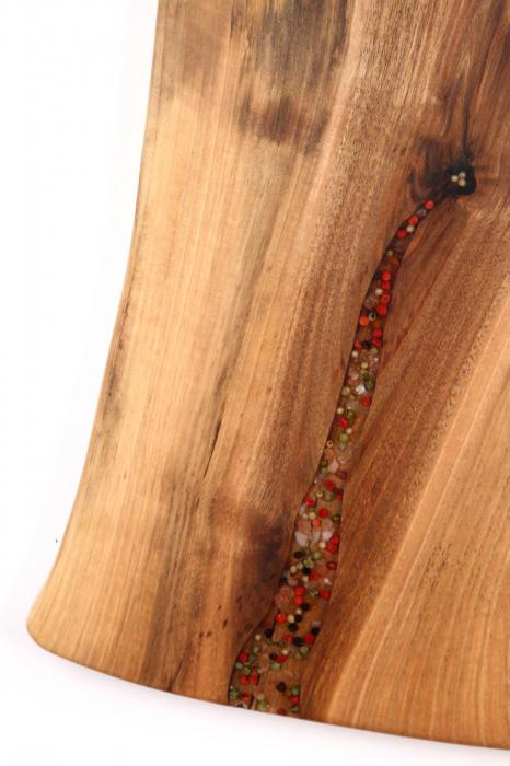 Platou de servire din lemn de nuc, culoare natur, cu mici insertii de rasina epoxidica. 3